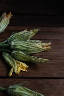 Włoskie dania organiczne surowe cukinia kwiaty