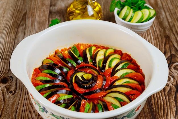 Włoskie danie ratatuj. piękny wzór z krojonych warzyw w sosie.