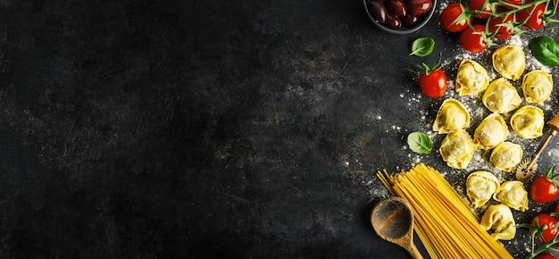 Włoskie jedzenie na ciemnym tle