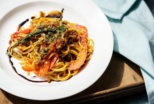 Włoskie jedzenie spaghetti