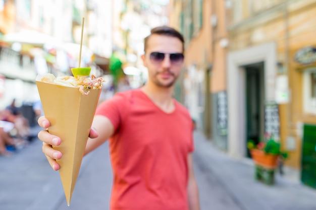 Włoskie jedzenie z ulicy grillowane owoce morza, krewetki, kalmary i warzywa
