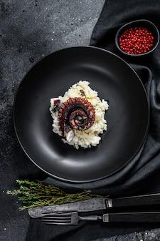 Włoskie klasyczne risotto z mackami ośmiornicy. widok z góry