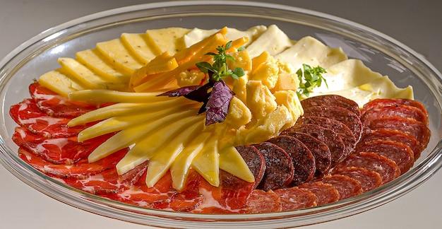 Włoskie przekąski salami spiżarnia mulcz kolonialny ser parmezan chipsy i kiełbaski
