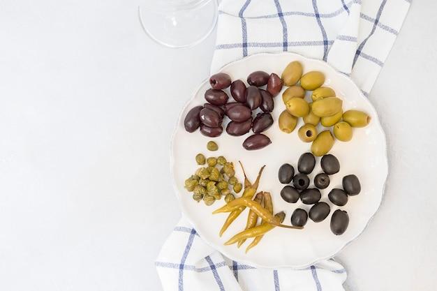 Włoskie przystawki różne rodzaje oliwek kapary papryki śródziemnomorski asortyment pysznych p...