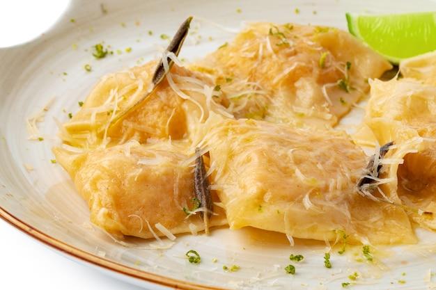 Włoskie ravioli z parmezanem w talerzu