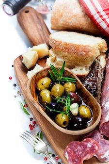 Włoskie salami z oliwkami i ciabattą