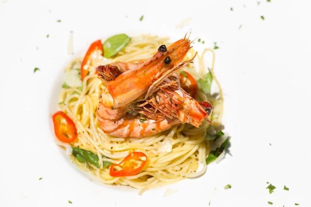 Włoskie spaghetti z krewetką tygrysią. kopiuj przestrzeń.