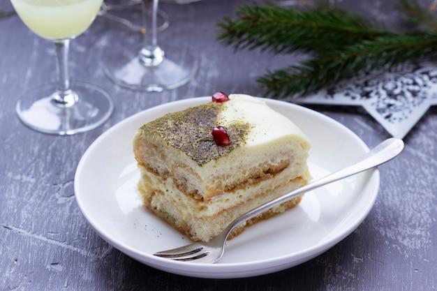 Włoskie tiramisu deserowe na bazie herbaty matcha i limoncello