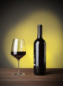 Włoskie wino czerwone w butelce i szkle