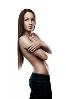 Włosy. kobieta uroda moda model dotykając jej długie i zdrowe brązowe włosy.