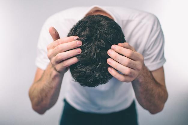 Włosy męskie to zbliżenie z góry. mężczyzna o włosach arki siwe włosy i łupież