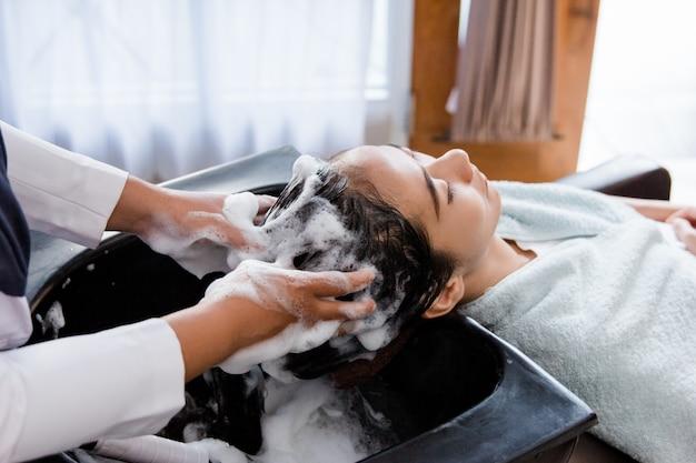 Włosy myte w salonie piękności