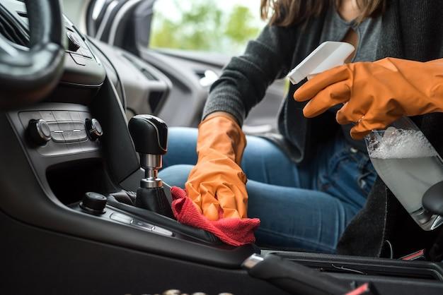 Włóż rękawiczki ochronne do czyszczenia wnętrza samochodu przed koronawirusem covid-19 za pomocą ubrań z mikrofibry. bezpieczeństwo