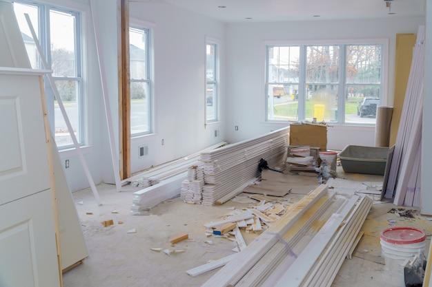 Wnętrza budowy projektu mieszkaniowego z płytą gipsowo-kartonową zainstalowane drzwi do nowego domu