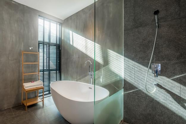 Wnętrza loftu w luksusowej łazience wyposażone są w wannę, toaletę w domu