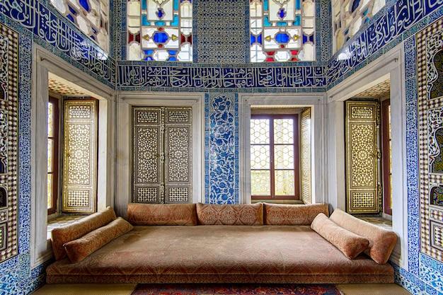 Wnętrza pałacu topkapi i witraży w stambule w turcji