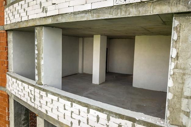 Wnętrza pokoi nowej elewacji apartamentowca w budowie.
