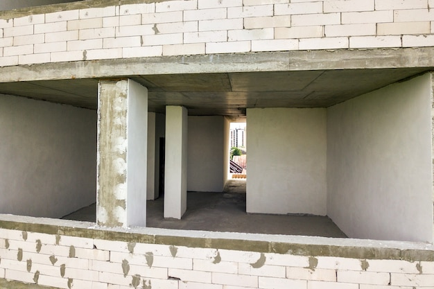 Wnętrza pokoi nowej elewacji budynku mieszkalnego w trakcie budowy.
