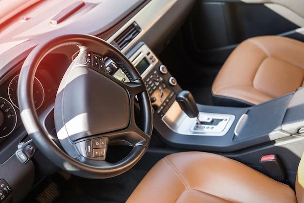 Wnętrze auta, skórzane fotele w kolorze brązowym