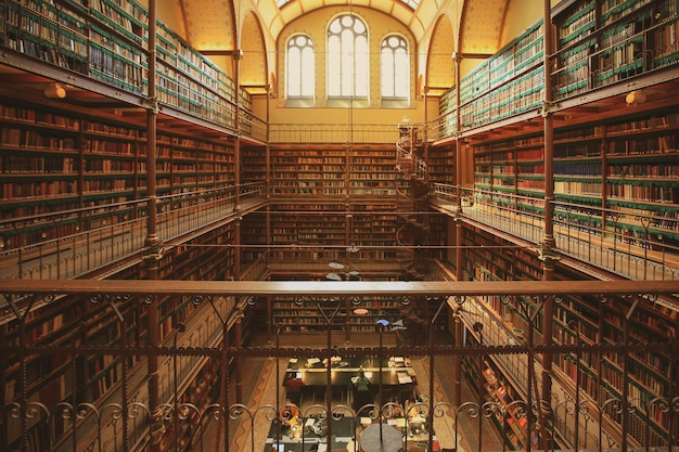 Wnętrze Biblioteki Rijksmuseum W Amsterdamie Premium Zdjęcia