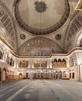 Wnętrze błękitnego meczetu. znany również jako meczet sułtana ahmeda w stambule, turcja