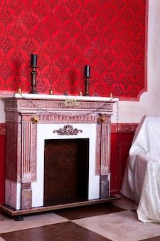 Wnętrze bożego narodzenia w czerwonym pokoju vintage studio strzał