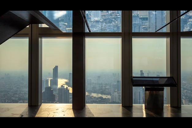 Wnętrze budynek biurowy widok nowożytni biznesowi drapaczy chmur szkło i niebo widoku krajobraz