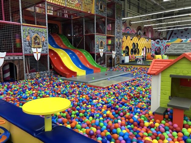 Wnętrze centrum rozrywki dla dzieci. odpoczynek z dziećmi, rozrywka.