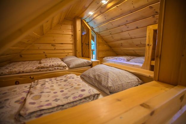 Wnętrze chatce nad jeziorem bloke, nova vas, słowenia