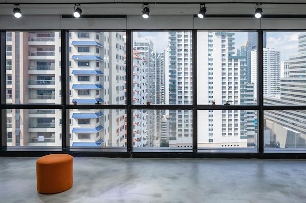 Wnętrze coworkingu z reflektorem i zatłoczonym budynkiem w dzielnicy biznesowej
