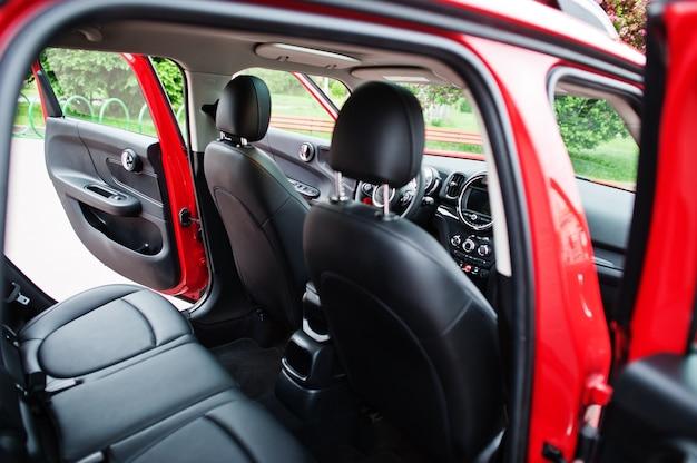Wnętrze czerwonego samochodu miejskiego. mały samochód do miast.