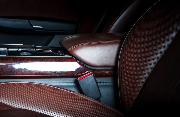 Wnętrze deski rozdzielczej samochodu sportowego