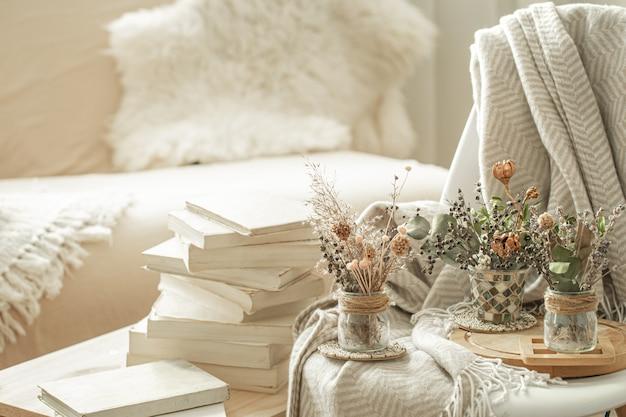Wnętrze domu z książkami i suszonymi kwiatami.