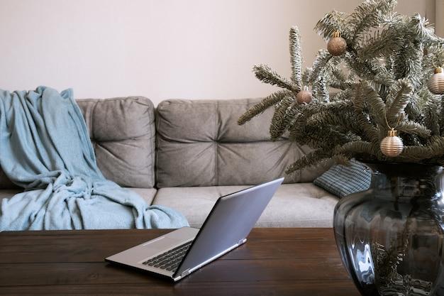 Wnętrze domu z laptopem w salonie w czasie świąt bożego narodzenia