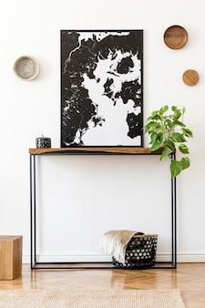 Wnętrze domu z malarstwem abstrakcyjnym, drewnianą konsolą, książkami i akcesoriami.