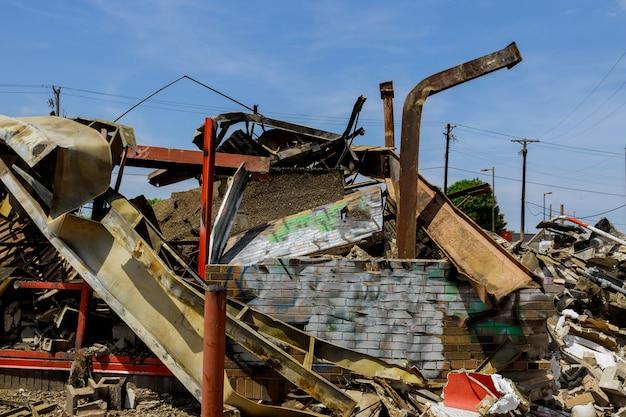 Wnętrze domu zostało całkowicie zniszczone przez pożar po proteście w minneapolis, a zamieszki stają się gwałtowne