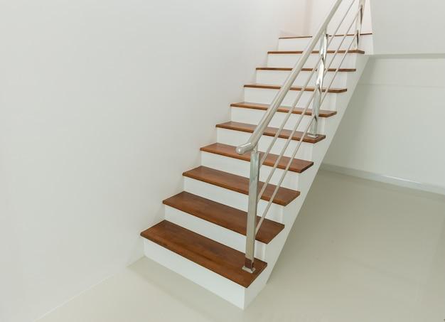 Wnętrze - drewniane schody i poręcz