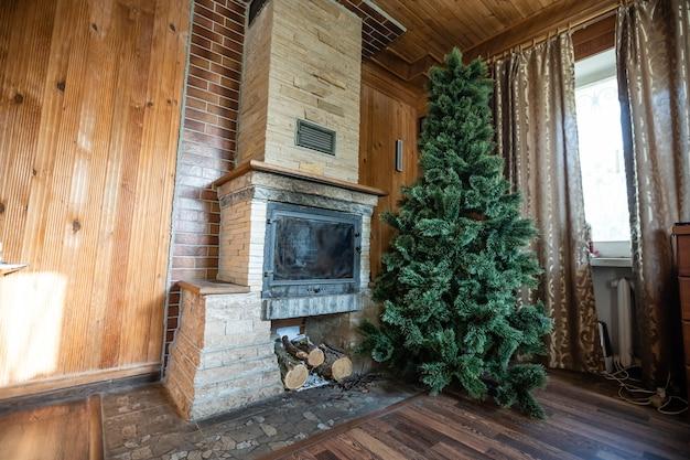 Wnętrze drewnianego domku z choinką