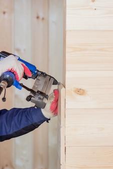 Wnętrze drewnianego domu. budowa domów drewnianych.