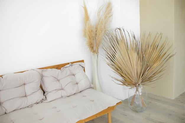 Wnętrze eco design pampasowa trawa i przytulny styl z sofą liście palmowe boho scandinavian home