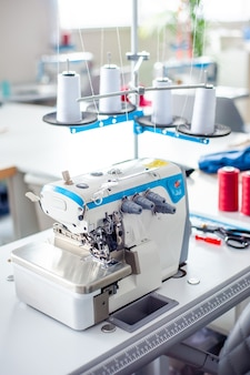 Wnętrze fabryki odzieży zamknięcie atelier z kilkoma maszynami do szycia krawiectwo