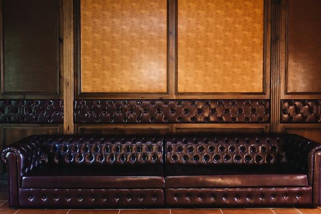 Wnętrze firmy w biurze. brązowa sofa