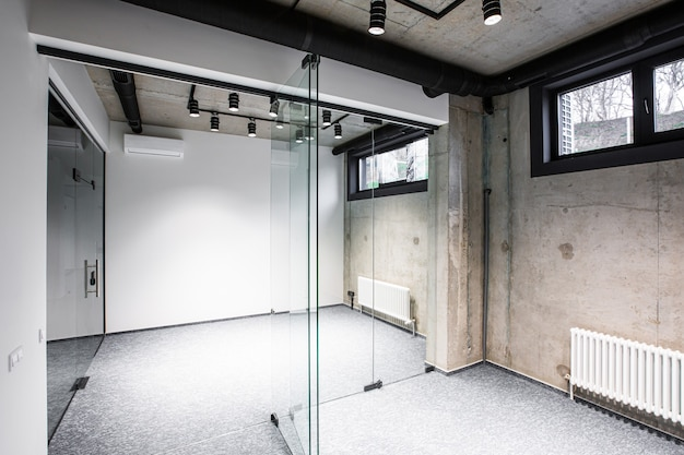 Wnętrze gabinetu bez mebli po remoncie