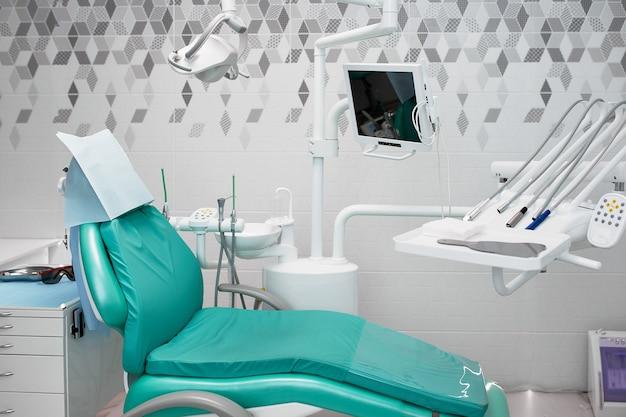 Wnętrze gabinetu dentystycznego i specjalne wyposażenie.