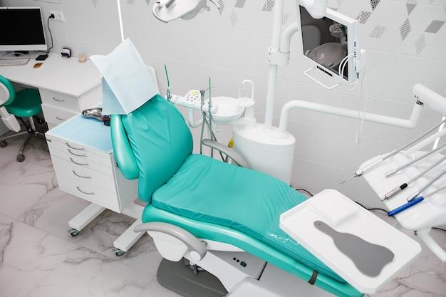 Wnętrze gabinetu dentystycznego i wyposażenie specjalne.
