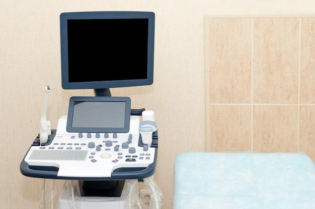 Wnętrze gabinetu z aparatem ultrasonograficznym
