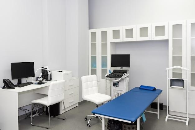 Wnętrze gabinetu z aparatem usg w laboratorium szpitalnym. tło nowoczesny sprzęt medyczny. ultra sound machine, usg, badanie sonogramowe
