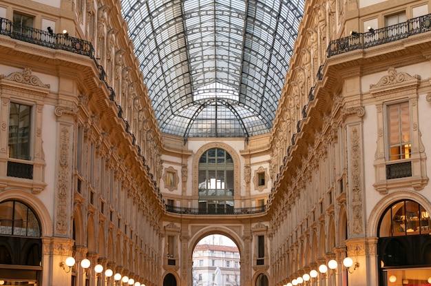 Wnętrze galleria vittorio emanuele ii, jednego z najstarszych centrów handlowych na świecie
