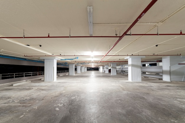 Wnętrze garażu, budynek przemysłowy, puste wnętrze podziemne