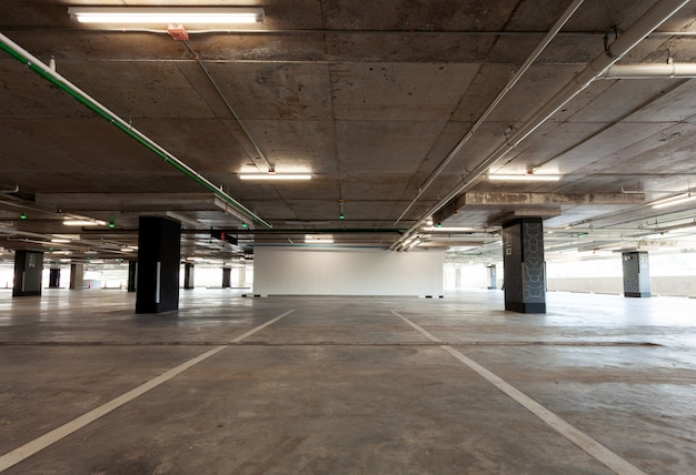 Wnętrze garażu, budynek przemysłowy